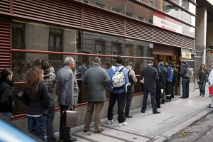 epa02983063 A line forms outside a National Institute of Employment (INEM) office in Madrid, Spain on 28 October 2011. The government statistics office on 28 October announced that the number of unemployed in Spain reached a record high of 4,978,300, for a jobless rate of 21.52 percent, the highest since 1996.  EPA/Juan Carlos Hidalgo