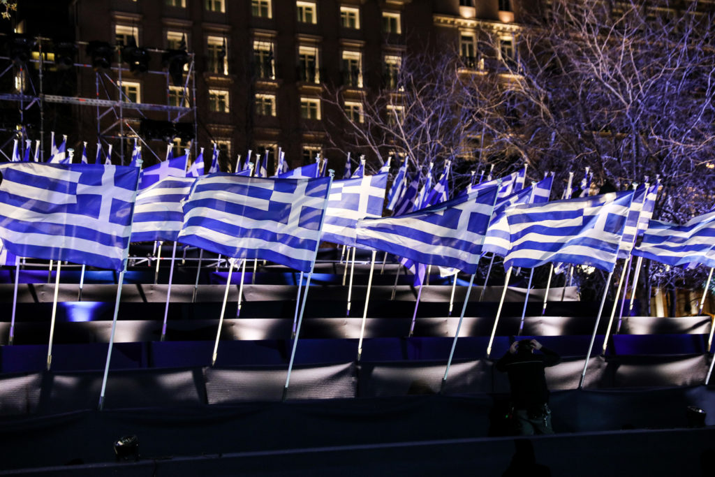 O σημαιοστολισμός για την 25η Μαρτίου στην πλ. Συντάγματος - Εντυπωσιακές εικόνες - ertnews.gr