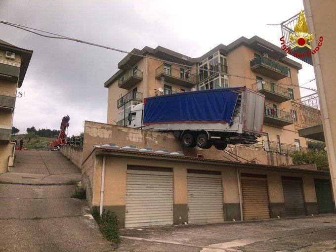 Η νταλίκα σε ισορροπία στην ...σκεπή κτιρίου (πηγή: corriere.it)