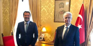 Συνάντηση μεταξύ των Matteo Salvini (αριστερά) και του Πρέσβη της Τουρκίας, Omer Gocuk (δεξιά - Φωτό: γραφείο τύπου Matteo Salvini)